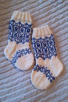 Langan päästä kiinni: Maaliskuun mini-Suomisukat Baby Socks, Baby Knitting Patterns, Knitting Socks, Mittens, Christmas Stockings, Knit Crochet, Mini, Pillows, Hats