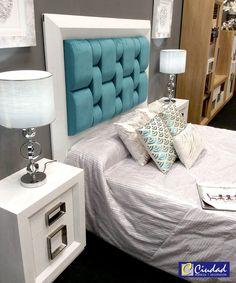 Dormitorio de matrimonio Enzo con plafón central de cabecero muy original que destaca sobre la chapa de roble blanca haciendo una combinación perfecta.