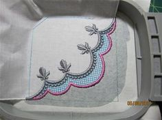 Machine Embroidery Designs Nailing a Corner - The Avid Embroiderer Basic corner design from Sonia Showalter Designs I think. Machine Embroidery Projects, Embroidery Software, Machine Embroidery Applique, Embroidery Techniques, Embroidery Stitches, Hand Embroidery, Beginner Embroidery, Brother Embroidery, Embroidery Jewelry
