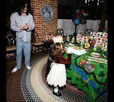 Birthday party time for Michael Jackson's children( the little is Paris Jackson) at Neverland Valley Ranch. Michael Jackson Daughter, Michael Jackson Quotes, Michael Jackson Smile, Michael Jackson Wallpaper, Paris Jackson, Lisa Marie Presley, Jackson Family, Jackson 5, Elvis Presley