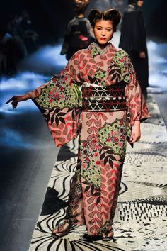 Collector & Co: Photo Modern Kimono, Kimono Pattern, Ankara Styles, Every Woman, Ready To Wear, Fashion Show, Kimono Top, Hair Cuts, Elegant
