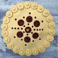"""Little Flower Blossoms""Pie Crust Art by Joy Home-I Love Pie Album Creative Pie Crust, Beautiful Pie Crusts, Pie Crust Designs, Pie Decoration, Pies Art, Kinds Of Pie, Baked Pie Crust, Pie Tops, Sweet Pie"