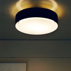 Le plafonnier Plaff-On de Joan Gaspar édité par Marset trouve parfaitement sa place dans une pièce au plafond bas, une entrée ou un hall. Très sobre par son design et sa finition, la structure en aluminium autour du diffuseur en verre blanc soufflé, est légèrement décalée. Elle permet de filtrer la lumière vers le haut, créant un halo lumineux. Ce plafonnier peut également être installé en applique murale! Il est disponible en 3 diamètres.