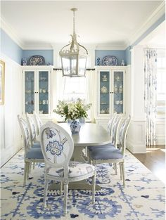 Inspiration: Our Favorite Blue and White Kitchens French Country Dining, Country Dining Rooms, Dining Room Table Decor, Decor Ideas, Wall Decor, Table Decorations, Amazing, Home Decor Wall Art, Room Wall Decor