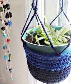 Excellent Photos Partial Shades T-Shirt Yarn Plant Hanger Crochet Plant Hanger, Macrame Plant Holder, Plant Holders, Crochet T Shirts, Crochet Fabric, Crochet Home, Crochet Patterns, Crochet Ideas, Crochet Baby