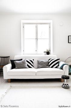 """Myös nostalginen sienijakkara on stailattu """"SatuK"""":n olohuoneeseen sopivaksi.  #styleroom #inspiroivakoti #olohuone #mustavalkoinen"""
