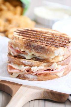Chicken Cordon Bleu Panini {My New Favorite Sandwich} Chicken cordon bleu panini sandwich. All the flavors of chicken cordon bleu wrapped up in bread with a secret super simple sauce that'll make you cry. Kubanisches Sandwich, Panini Sandwiches, Wrap Sandwiches, Sandwich Recipes, Healthy Panini Recipes, Panini Bread, Grill Panini, Dinner Sandwiches, Sandwich Spread