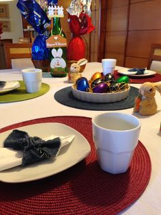 Mesa posta colorida com chocolates de Páscoa