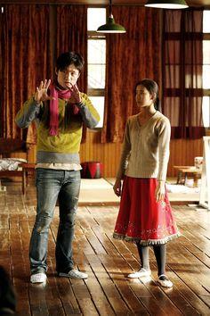HULA GIRLS, (aka HULA GARU), director Sang-il Lee, Yu Aoi, on set, 2006. ©Cinequanon