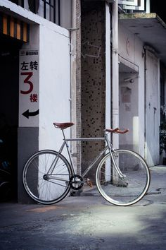 Pista painted in metallic silver, currently being ridden in Shanghai, China. Velo Vintage, Vintage Bicycles, Factory Five, Fixed Gear Bicycle, Retro Bike, Bike Photography, Bike Brands, Bike Frame, Bicycle Design
