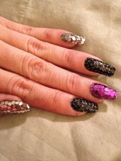 Loose glitter placement manicure