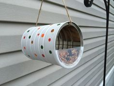 1001 inventive concepts for hen feeder to make oneself Aluminum Can Crafts, Tin Can Crafts, Bird Crafts, Recycled Crafts, Diy And Crafts, Bird Feeder Craft, Bird House Feeder, Bird Feeders, Formula Can Crafts