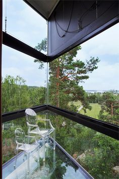 Transparent | Louis Ghost & Lou Lou Ghost by Philippe Starck | Suspended in the air