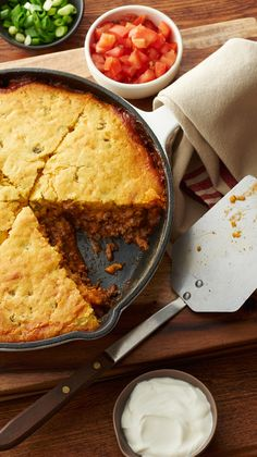 Seasoned ground beef topped with green chile-laced cornbread and all the fresh fixins — it's just so easy and so good for weeknight dinners. Once you try this Easy Tamale Pie, you'll wonder how you ever lived without this recipe. One Dish Dinners, One Pot Meals, Weeknight Dinners, Mexican Dishes, Mexican Food Recipes, Mexican Pie, Mexican Desserts, Drink Recipes, Dinner Recipes