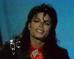 """""""Tente sorrir, mesmo quando você está se sentindo em baixo. Na verdade, experimente.""""- Michael Jackson Como não, contigo?"""