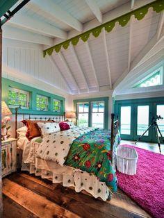 60 идей интерьера загородного дома: как создать уютное жилище http://happymodern.ru/interer-zagorodnogo-doma/ Спальня, выполненная в стиле эклектика, в дачном домике на берегу озера