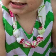 This fabric necklace pattern is easy and it's not a choking hazzard because all of the 'beads' are enclosed. Learn how to do this design quickly and effortlessly. You'll have your first necklace in 10 minutes! Easy Sewing Patterns, Baby Patterns, Fabric Patterns, Clothes Patterns, Sewing For Kids, Free Sewing, Baby Fabric, Fabric Necklace, Necklace Tutorial