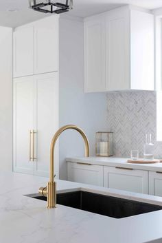 Gold and brass tapware in marble and white modern kitchen. Gold Kitchen, Home Decor Kitchen, Kitchen Living, Kitchen Design, Hamptons Kitchen, The Hamptons, Maximalist Interior, Modern Contemporary Living Room, New York Loft