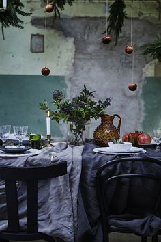 my scandinavian home: Simple yet pretty Christmas / party table ideas Christmas Party Table, Christmas Table Settings, Christmas Decorations, Holiday Tablescape, Thanksgiving Table, Holiday Decor, Dark Christmas, Rustic Christmas, Beautiful Christmas