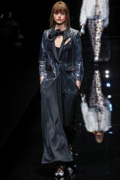 Guarda la sfilata di moda Emporio Armani a Milano e scopri la collezione di abiti e accessori per la stagione Collezioni Autunno Inverno 2017-18.