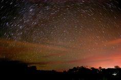 Siempre me ha encantado el cielo y el sinnúmero de estrellas; ahora puedo acercarme un poco más allí. Esta fotografía fue tomada en una playa del Golfo de Papagayo, Guanacaste, Costa Rica. Lo que sorprende es todo lo que no se ve al ojo humano. La comparto con aprecio a quienes también se sienten atraidos por el Universo.