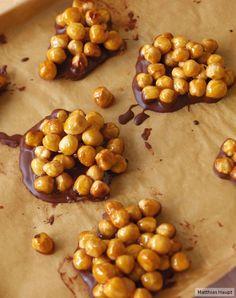 Karamellisiert und in Schoko getaucht - so vernaschen wir Nüsse am liebsten.