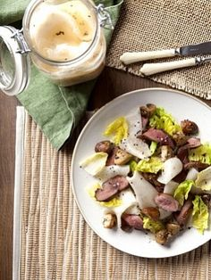 Салат с маринованной кольраби, уткой и грибами