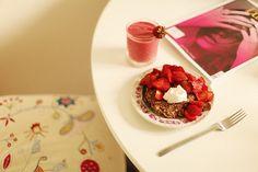Coconut/banana pancakes w strawberries and oat cream, raspberry/banana smoothie