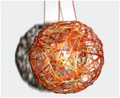 Christbaumkugel aus Wolle: Luftballon, Tapetenkleister, Wolle in Wunschfarbe, ggf. Goldsterne