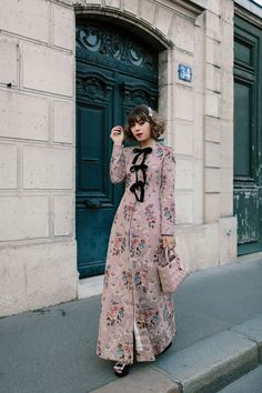 So obsessed with this floral bow coat for spring! And of course, this darling pearl barrette! Modern Fashion, High Fashion, British Fashion, Fashion Photo, Paris Fashion, Fashion Fashion, Modest Outfits, Fall Outfits, Parisian Style