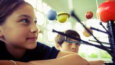 El Museo Nacional de Ciencia y Tecnología (MUNCYT) ha organizado unos campamentos de verano cargados de ciencia y diversión para los más pequeños en sus dos sedes: la de Madrid y la de A Coruña. dirigido a niños y niñas de entre 6 y 12 años