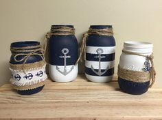 Pots Masson de grandeur variée peint en marine et blanc et agrémenter d'ancre de bateau peinte. Ajouter de la corde de jute et voilà une belle déco pour la pièce de votre choix.