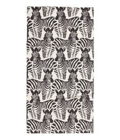 White/zebra. Rectangular rug in woven cotton fabric with a printed pattern. Non-slip protection at back.