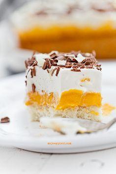 Ciasto Kubuś, zrobione - ja zdecydowanie nie lubię takich kremowych ciast, ale wygląda efektownie i pięknie się kroi. Tylko trzeba mocno nasączyć biszkopt, zdecydowanie więcej niż połową szklanki ponczu. A, no i wychodzi gigantyczne. Z połowy przepisu byłoby znacznie lepsze.