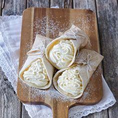 Tunna vetetortillas med kardemumma fyllda med krämig mandelmassa och vispad grädde.