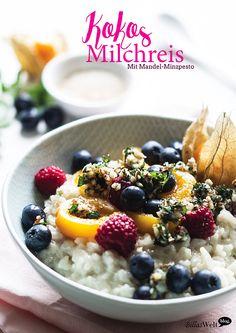 Süßer Milchreis mit Mandel-Minzpesto und frischen Früchten