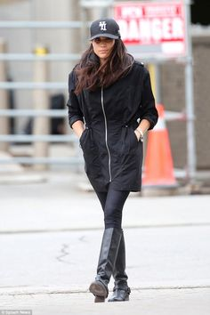 Flashback meghan markle wears black zip jacket under armour leggings studio cap and coach riding boots after gym in toronto sussex style shops meghan markle tan leather boots street style autumn winter 2020 on Estilo Meghan Markle, Meghan Markle Style, Princess Meghan, Prince Harry And Meghan, Black Desk, Sussex, Hollywood Makeup, Makeup Room Decor, Girly