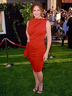 JENNIFER GARNER    La actriz tuvo un regreso triunfal a la alfombra con este vestido Lanvin color ladrillo y unas zapatillas color gris con pedrería. Así de bella llegó al estreno en Hollywood de su nuevo filme, The Odd Life Of Timothy Green.