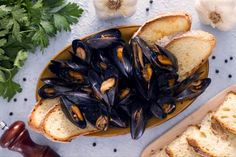 Here's the brand new videorecipe for mussel impepata (peppered mussels), a traditional Neapolitan dish, as tasty as it is easy to make! *** Ingredients For 4 servings – 4 ½ lbs kg) of muss… How To Clean Mussels, Fish Recipes, Great Recipes, The Science Of Cooking, Cooking Time, Cooking Recipes, Just Pizza, World Recipes, Food Pictures