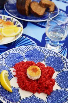 HERKULLINEN PUNAJUURIRISOTTO  1 iso punajuuri 1 punasipuli 1 - 2 valkosipulin kynttä 4 dl risottoriisiä valkoviiniä 1 litra kasvislientä (kasvisliemikuution avulla) parmesaania voita  päälle: vuohenjuustoa