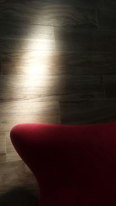 """Fasci di luce ad effetto drammatico sui """"legni porcellanati"""" di Vitra Eczscibasi. Pad. 36  #Cersaie2015 #MCaroundCersaie"""