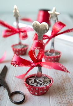 Mustikkavaahtokarkit | Reseptit | Kinuskikissa Chocolate Spoons, Chocolate Recipes, Christmas Crafts, Christmas Decorations, No Bake Desserts, 30th Birthday, Diy And Crafts, Place Card Holders, Sweets