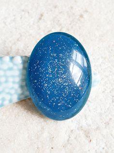 Cabochon verre  40 X 30 mm bleu pétrole pailleté/PEINT A LA MAIN #cabochon #perlerie #faitmain #handmade #bleu #paillettes