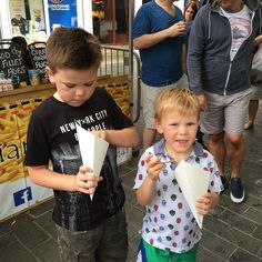Big and Small tucking into Belgian  fries  with mayo at St Albans Festival! A fun day for all the family. #stalbansfestival #stalbansmarket #stalbanscity #streetfestival #igfestival #tweet #belgianfrites #belgianfrieswithmayo #streetfest2017 #streetfood #streetfoodfries