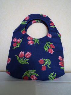 Bolsa de mão em tecido 100% algodão, forrada e com manta acrílica....