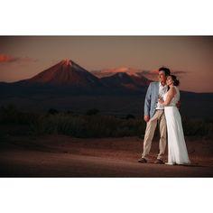 Daniela y Hugo con el Volcán Licancabur de Fondo. #wedding #matrimonio #sanpedrodeatacama #Licancabur #volcano #weddingphotography