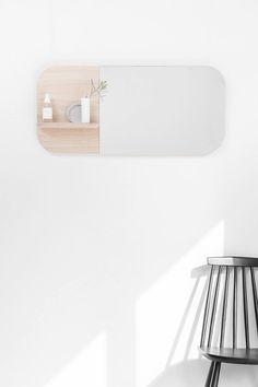 Schöner Wandspiegel mit abgerundeten Ecken und einem Regal mit Platz für kleine Produkte. Hier entdecken und shoppen: http://sturbock.me/oTT