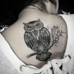 Quem ama corujas?  Tatuagem feita por @kadutattoo