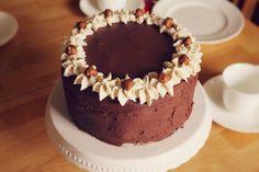 Feiertag, verlängertes Wochenende und endlich wieder Zeit zu backen♥ Für meine Gäste gab es am 1. Mai eine Schoko-Nuss-Torte, bestehend aus einem Kakao-Walnuss-Biskuit, Haselnuss-Sahne und einer Z...
