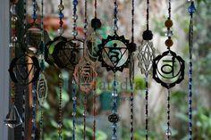 Armonizadores Hindúes - CÓD. 2219  #armonizadorhindu #armonizador #decoindia #india #OM #sietechakras #decoracion #lacatedraldelossueños Wind Chimes, Dream Catcher, Washer Necklace, India, Outdoor Decor, Jewelry, Home Decor, Seven Chakras, Dreamcatchers